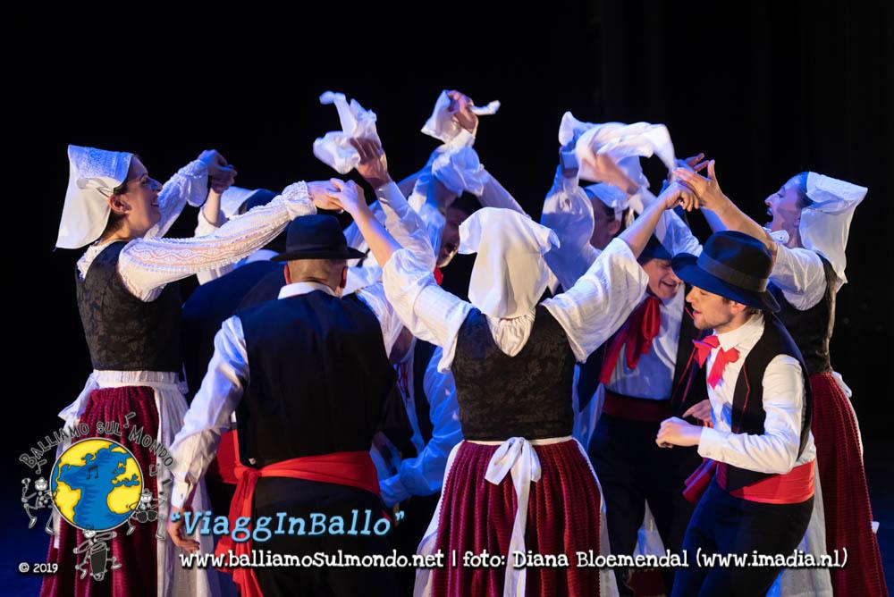 https://www.balliamosulmondo.net/corsi/danze-da-tutto-il-mondo-base/